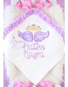 Lila melek kanat işlemeli gold prenses taçlı çiçek detaylı isimli battaniye