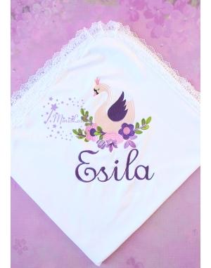 Mor lila kuğu desenli dantel detaylı isimli dantelli battaniye