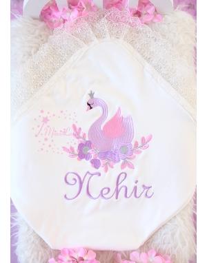 Pembe lila kuğu desenli dantel detaylı isimli battaniye