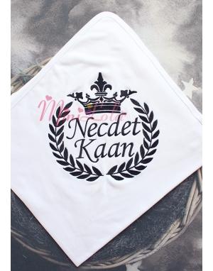 Siyah renk taç isim işlemeli beyaz battaniye