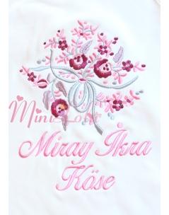 Gülkurusu gri pembe renk karma çiçek buketi işlemeli isimli battaniye