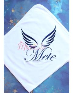 Koyu lacivert renk melek kanat desen isim işlemeli beyaz battaniye