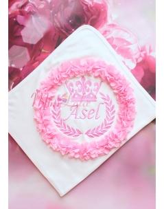 Şeker pembe renk taç isim işlemeli çiçekli krem battaniye