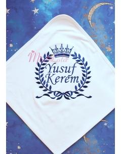 Koyu lacivert renk fiyonklu taç isim işlemeli krem battaniye