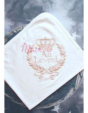 Açık kahve taç sarmaşıklı isim işlemeli krem battaniye