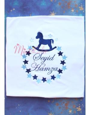 Mavi lacivert sallanan at yıldız desenli isimli battaniye