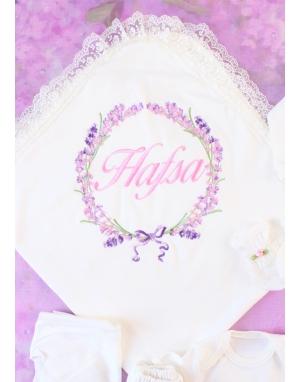 Pembe lila renkli lavanta desen işlemeli dantel isimli battaniye