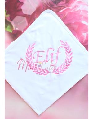 Şeker pembe renk sarmaşık isim işlemeli beyaz battaniye