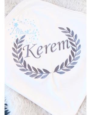 Koyu gri renk sarmaşık isim işlemeli battaniye