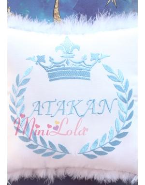 Mavi renk taç isim işlemeli tüy detaylı beyaz takı yastığı