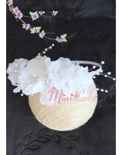 Beyaz renk inci detaylı çiçekli zarif taç
