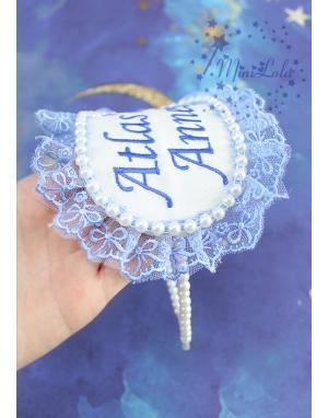 Mavi renk dantel detaylı krem incili nakış isimli lohusa tacı