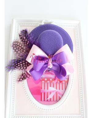 Mor mini şapka üzeri fiyonk puantiye tüy süslemeli toka