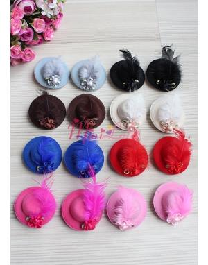 Mini şapkalı tüy çiçek süslemeli ikili klips toka seti